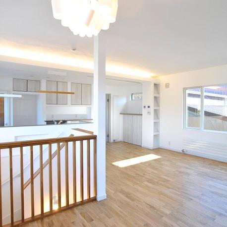 こだわり抜いた照明と建具が印象的、2階リビングのお家