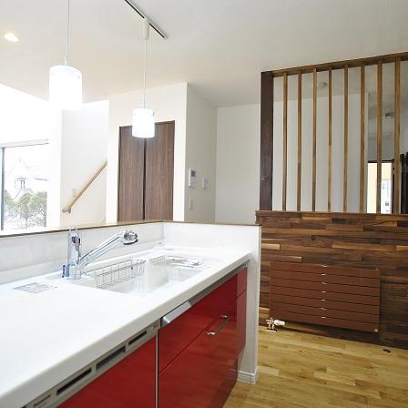 真っ赤なキッチンがおしゃれな家