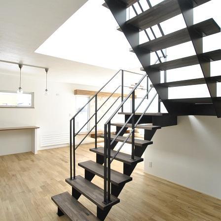 陽かりを浴びる鉄骨階段のある家