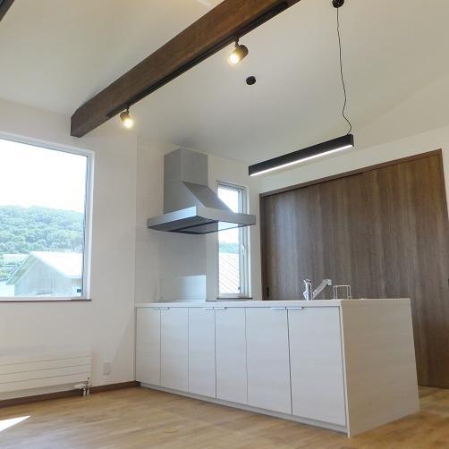 見せ梁と勾配天井がダイナミックな店舗併用住宅
