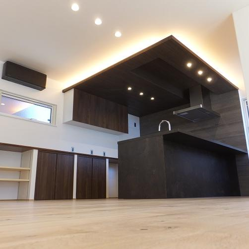室蘭市/家具のような佇まいのキッチンが 暮らしの真ん中にある家