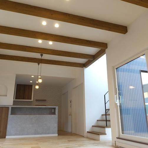 室蘭市/梁見せ天井で空間が広く感じられる 4LDKの注文住宅