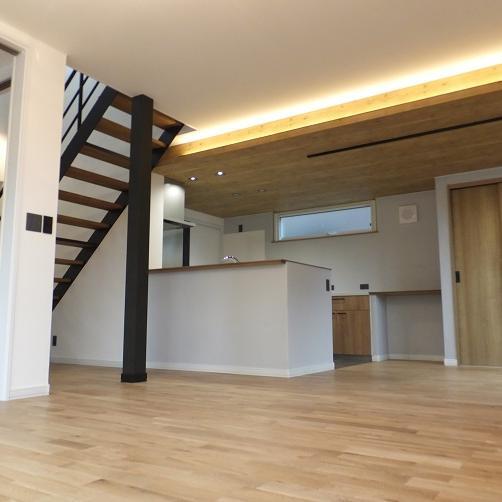 登別市/空間をおしゃれに演出する オープン階段がある家