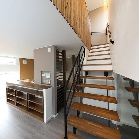 登別市/「wood×steel」のマテリアルミックスデザインの家