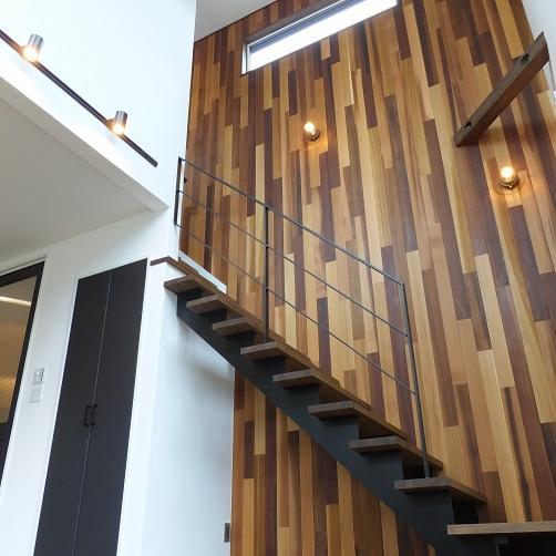 室蘭市/壁の板張りが魅力的な 重厚感のあるインダストリアルな家