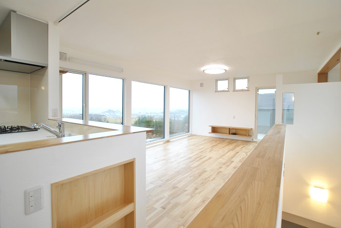 リビング&ダイニング[大きな窓から景色を眺める家]