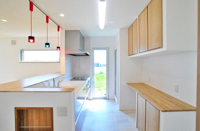 キッチン[使い勝手を追求した間取り・収納で、アクセントの照明が可愛らしいお家]